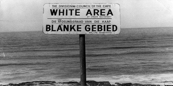 Placa que indicava área restrita aos brancos na África do Sul durante o regime do apartheid (foto: https://www.internationalinside.com)
