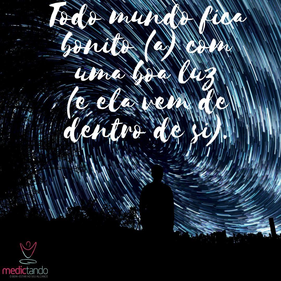 Homem parado no campo durante a noite apreciando as estrelas e sua luz interior.